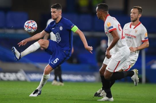 Chelsea's Italian midfielder Jorginho (L) vies with Sevilla's Brazilian midfielder Fernando during the UEFA Champions League first round Group E football match between Chelsea and Sevilla at Stamford Bridge in Lo<em></em>ndon on October 20, 2020. (Photo by Mike Hewitt / POOL / AFP) (Photo by MIKE HEWITT/POOL/AFP via Getty Images)